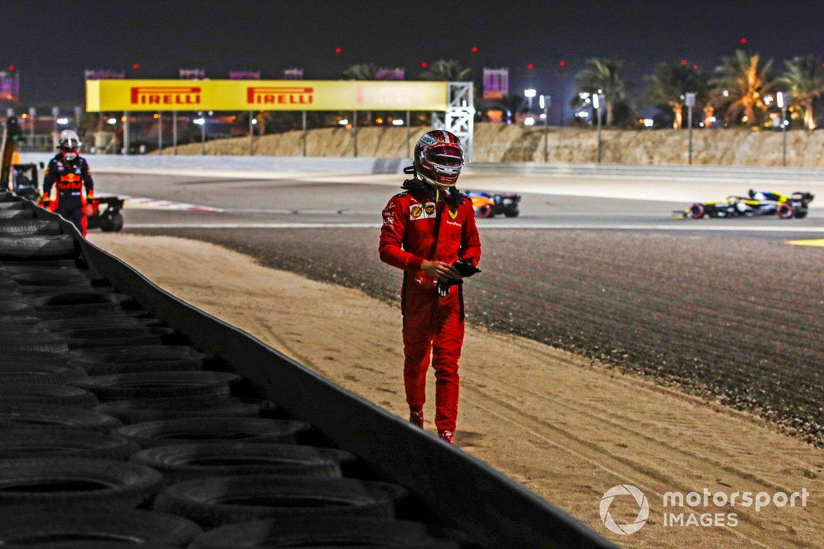 Charles Leclerc, Ferrari, se aleja después de retirarse y detrás Max Verstappen, de Red Bull Racing