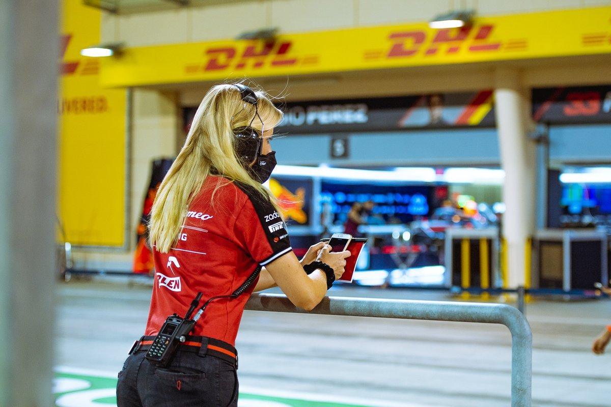 Сотрудница Alfa Romeo на пит-лейне