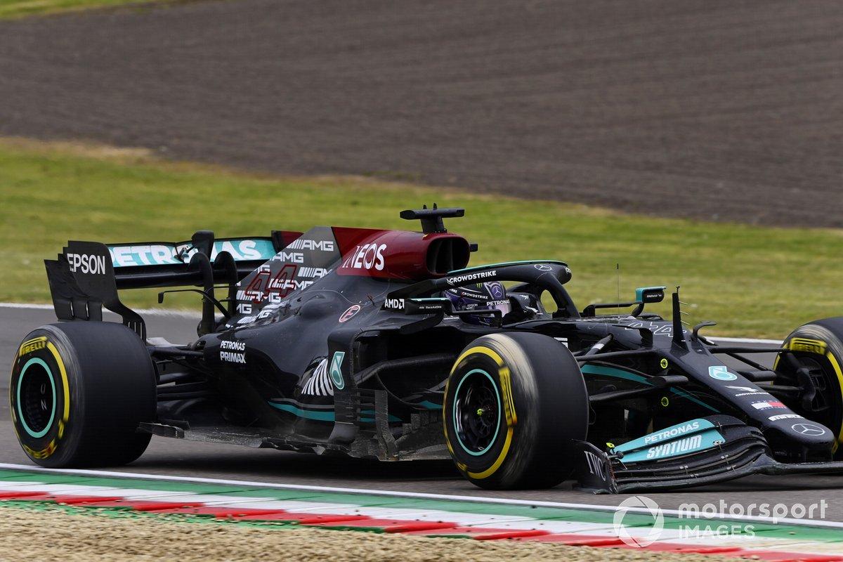 Lewis Hamilton, Mercedes W12, con l'ala anteriore danneggiata