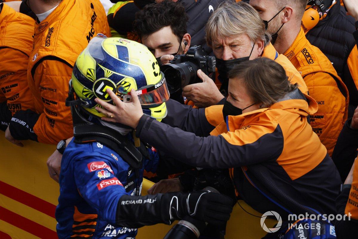 Lando Norris, McLaren, 3 ° posto, riceve i complimenti dopo la gara