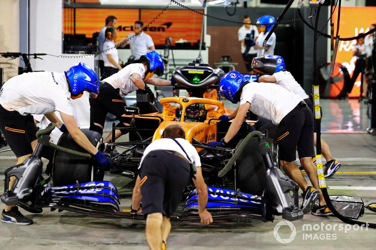 Lando Norris, McLaren MCL35, vuelve al box