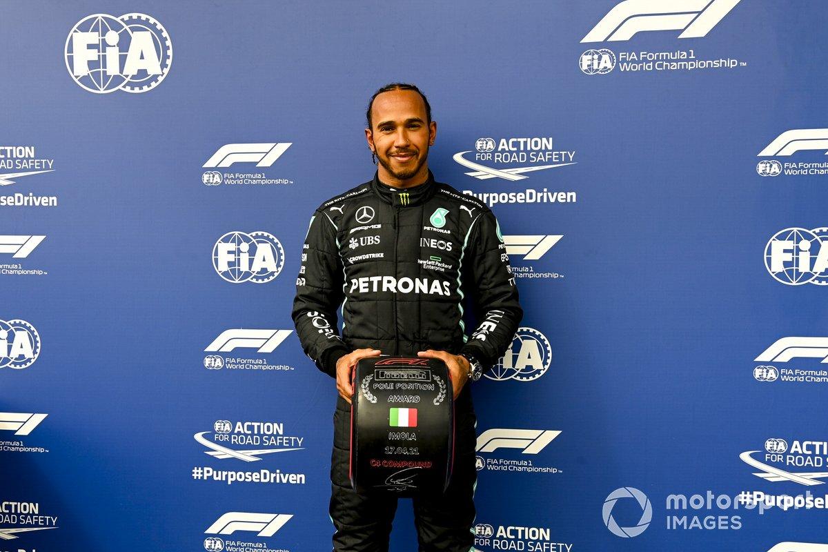 Ganador de la pole Lewis Hamilton, Mercedes, con el premio Pirelli Pole Position