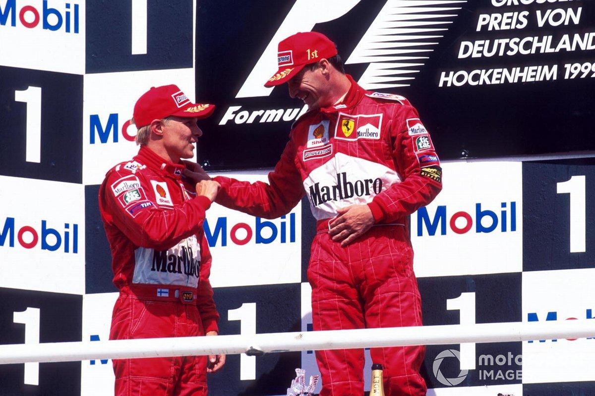 El ganador Eddie Irvine, Ferrari, y el segundo clasificado Mika Salo, Ferrari