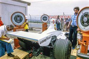 La Brabham BT44B Ford sur des balances