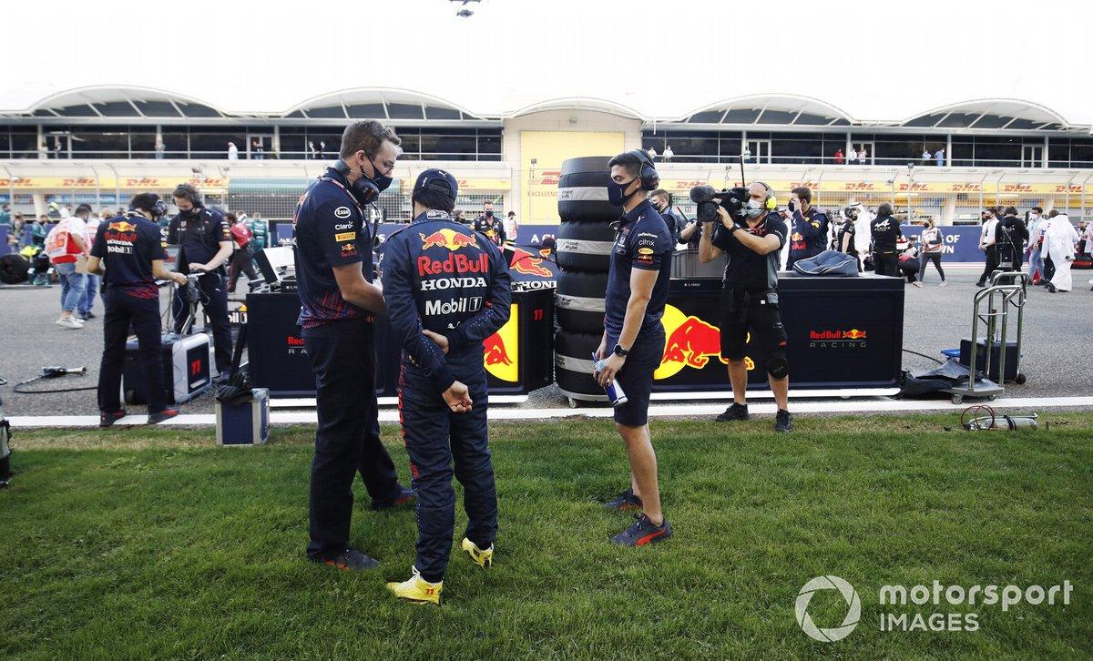 Sergio Pérez, Red Bull Racing, habla con los ingenieros en la parrilla