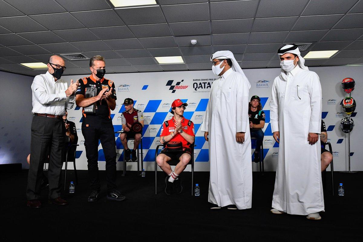 Abdulrahman Al-Mannai, QMMF & Losail Circuit Sports Club President, e Khalid Al Remaihi, Losail Circuit Sports Club Vice President & General Manager, ricevono il premio