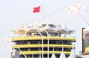 Le drapeau de Bahreïn au-dessus du circuit