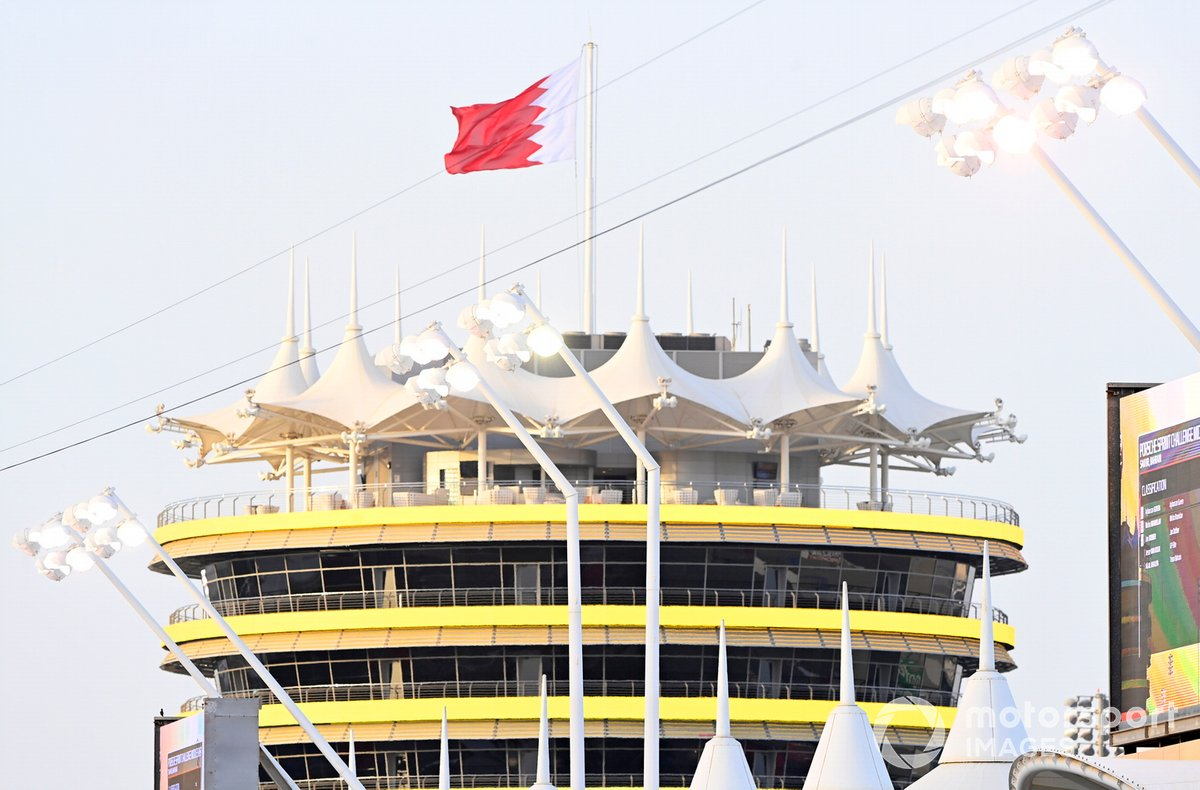 La bandiera del Bahrain sventola sopra ad un palazzo del circuito