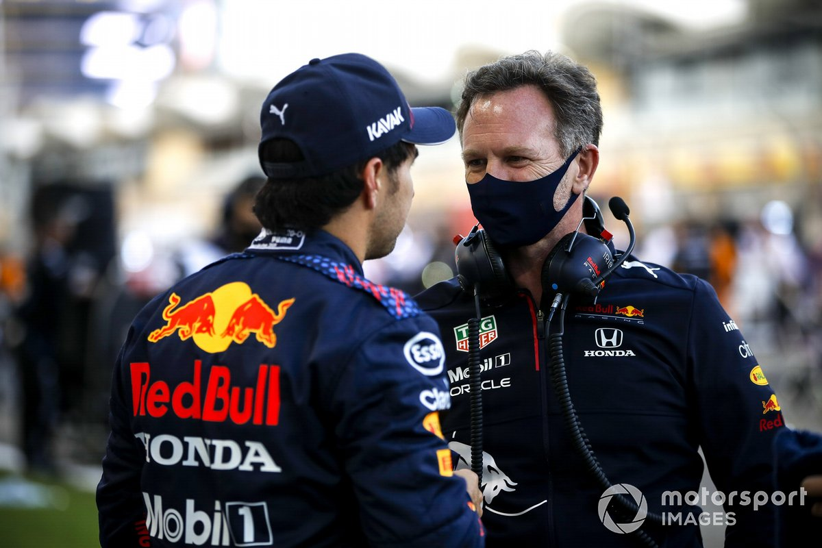Christian Horner, director del equipo Red Bull Racing y Sergio Pérez, Red Bull Racing en la parrilla
