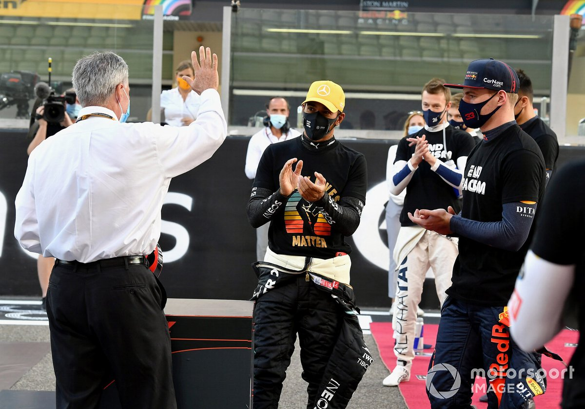 Chase Carey, Presidente de la Fórmula 1, se despide de los pilotos de la parrilla y se le entrega un casco conmemorativo firmado