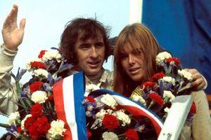 Yarış galibi Jackie Stewart, Matra, ve eşi Helen Stewart