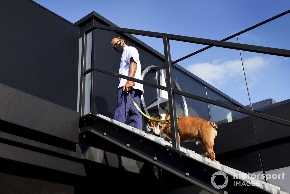 Lewis Hamilton, Mercedes-AMG F1 con il suo cane Roscoe nel paddock
