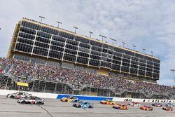 Ryan Newman, Richard Childress Racing Chevrolet and Kevin Harvick, Stewart-Haas Racing Ford
