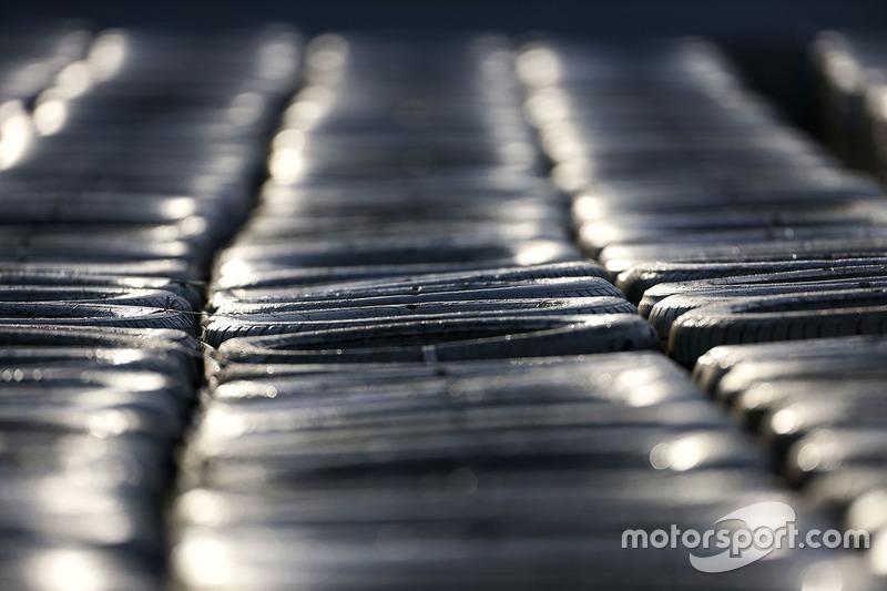 Jeudi : Un mur de pneus