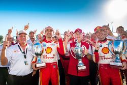 1, Scott McLaughlin, Team Penske, Ford, und 2. Fabian Coulthard, Team Penske, Ford, mit Roger Penske