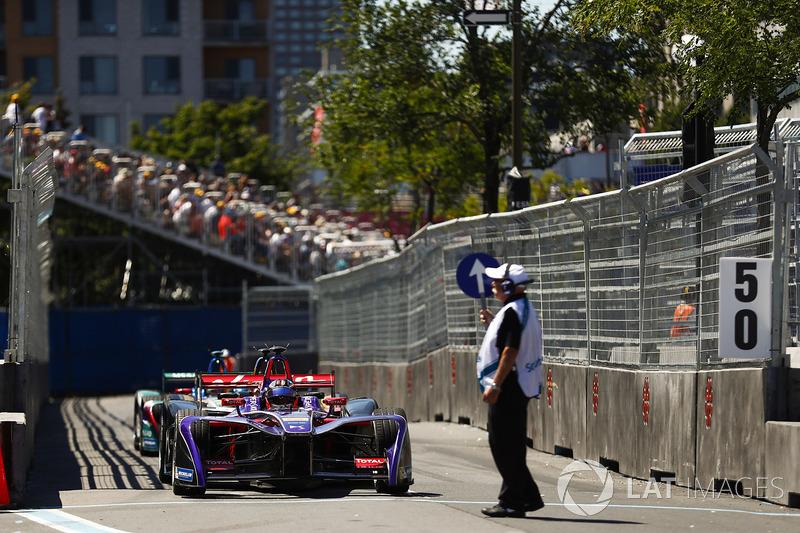 José María López, DS Virgin Racing, lleva la cola de coches en los pits