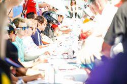 Nicolas Prost, Renault e.Dams, firma autógrafos para los fans