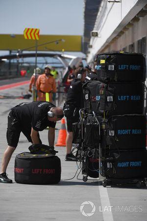Механик Mercedes AMG F1 с шинами Pirelli