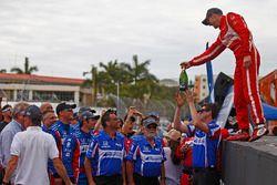 Ganador, Sébastien Bourdais, Dale Coyne Racing Honda da la botella ganadora al equipo