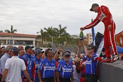 Race winner Sébastien Bourdais, Dale Coyne Racing Honda hands his champagne bottle to his crew