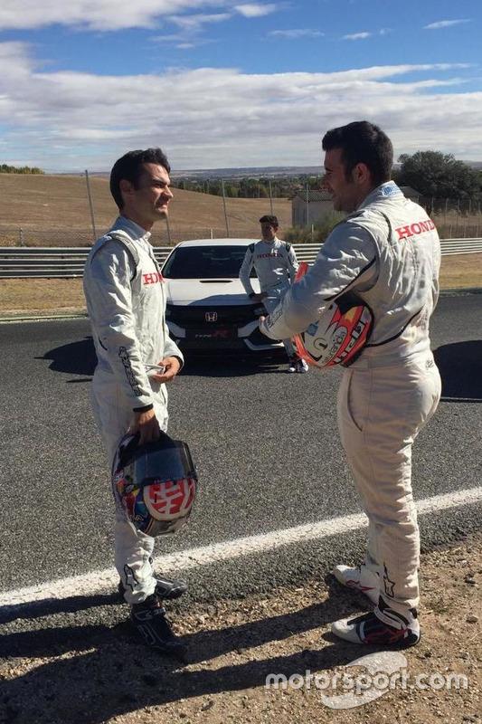 Marc Márquez, Dani Pedros ay Toni Bou durante la entrega del Honda Civic Type R