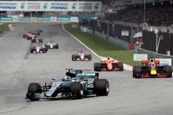 Valtteri Bottas, Mercedes AMG F1 W08, Daniel Ricciardo, Red Bull Racing RB13, Stoffel Vandoorne, McL