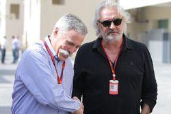 Chase Carey, presidente del Grupo de la Fórmula 1 con Flavio Briatore
