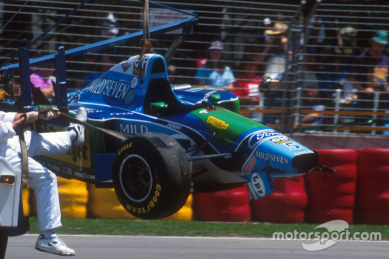 Michael Schumacher, Benetton B194 Ford tras un accidente