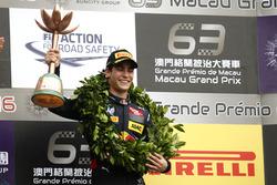 Podio: il terzo classificato Sérgio Sette Camara, Carlin Dallara Volkswagen