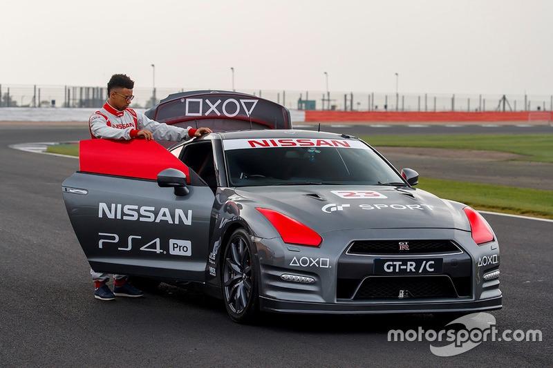 Nissan GT-R conducido con el control de PlayStation por Jann Mardenborough