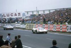 #64 Porsche 908, Hans Hermann memimpin #6 Ford GT40, Jacky Ickx