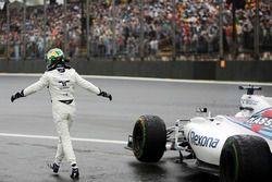Felipe Massa, Williams FW38, salue la foule après son accident