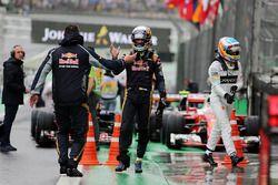 Carlos Sainz Jr., Scuderia Toro Rosso dans le parc fermé alors que Fernando Alonso, McLaren, passe