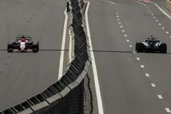 Esteban Ocon, Sahara Force India VJM10 e Lewis Hamilton, Mercedes-Benz F1 W08