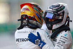 Valtteri Bottas, Mercedes AMG F1, felicita a Lewis Hamilton, Mercedes AMG F1
