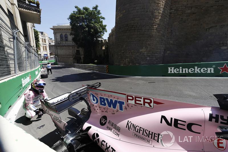 Sergio Perez, Force India, esamina la sua monoposto dopo l'incidente nelle FP1