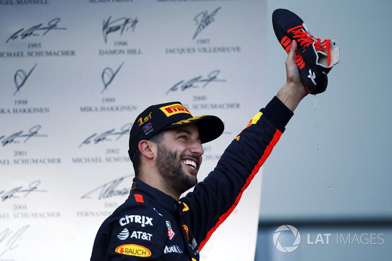 Daniel Ricciardo, Red Bull Racing, fête sa victoire avec un shoey