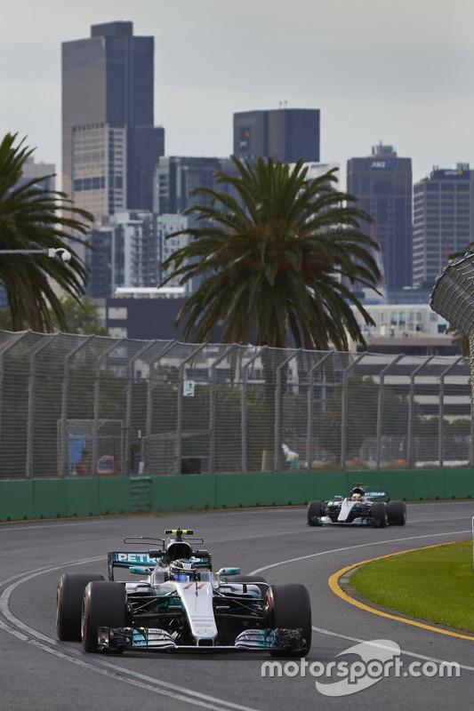 Valtteri Bottas, Mercedes AMG F1 W08, vor Lewis Hamilton, Mercedes AMG F1 W08