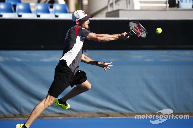 Romain Grosjean beim Tennisspiel