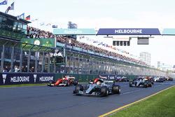 Départ : Lewis Hamilton, Mercedes AMG mène
