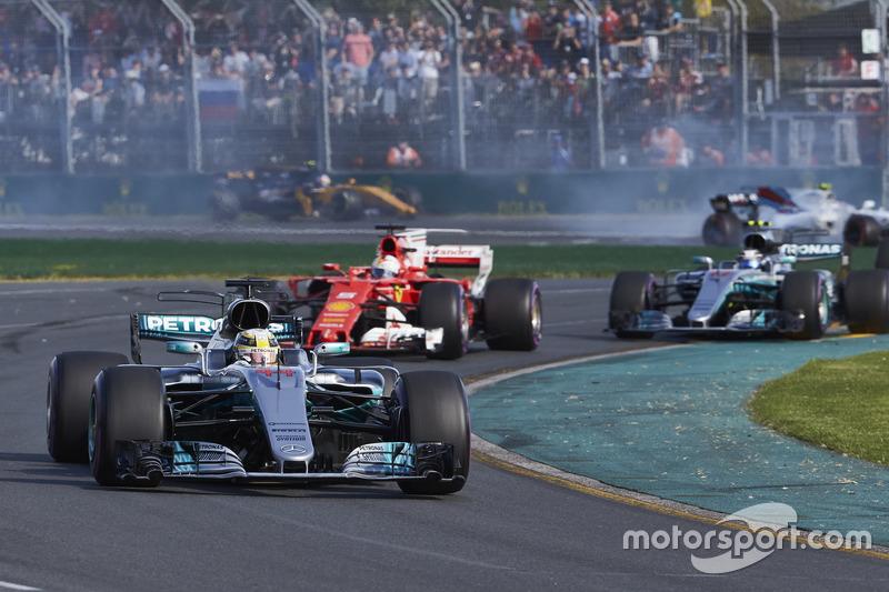 Lewis Hamilton, Mercedes AMG F1 W08, precede Sebastian Vettel, Ferrari SF70H, e Valtteri Bottas, Mercedes AMG F1 W08