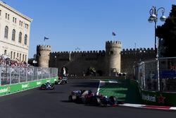 Даниил Квят, Scuderia Toro Rosso STR12, и Паскаль Верляйн, Sauber C36
