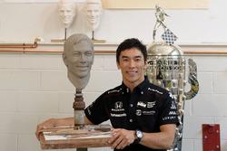 Takuma Sato con su busto y el trofeo Borg-Warner