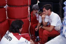 Ayrton Senna, McLaren, mit Gordon Murray, McLaren-Chefdesigner; Steve Nichols, McLaren-Designer; Osamu Goto, Honda-Rennleiter
