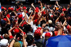 Fans ven los eventos en el escenario de la F1
