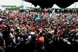 Emociones de los fanáticos para un autógrafo de Lewis Hamilton, Mercedes AMG F1