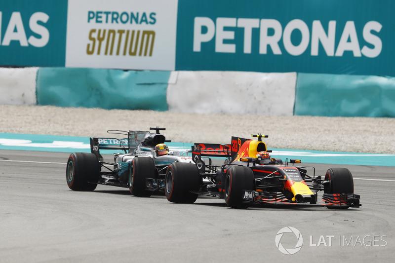 Max Verstappen, Red Bull Racing RB13, supera Lewis Hamilton, Mercedes AMG F1 W08 e prende il comando della gara