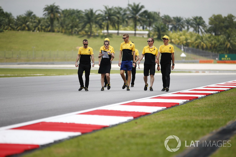 Sergey Sirotkin, test and development driver, Renault Sport F1 Team, walks the track with the team