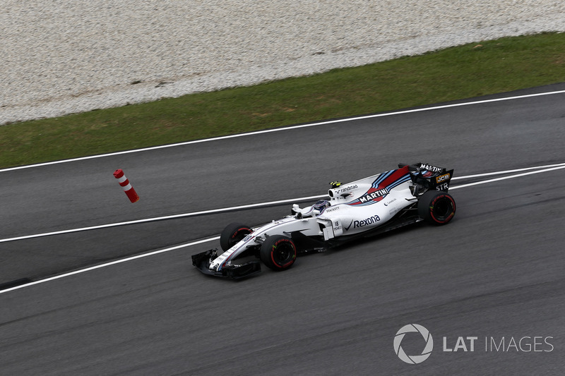 Lance Stroll, Williams FW40 runs wide into the bollard