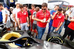 Charles Leclerc, PREMA Powerteam y Antonio Fuoco, PREMA Powerteam, miran el nuevo auto de F2